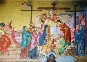 Jesús es bajado de la cruz después de morir por nuestra condenación
